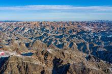 """冰川与草原相伴,胡杨与大漠相邻,一幅""""城在山中,房在林中,林在景中,人在画中""""的美景。这里就是伊吾县"""