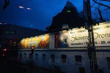 晨曦破晓,在清晨抵达哥本哈根,下了雨,不时的还在下。车拐过热闹的街区,热闹还没起来,只看到霓虹灯闪烁