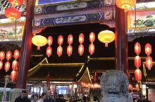 西安必去永兴坊 夜晚灯火通明 古色古香 大多都是西安传统小吃 如果挑你没吃过的吃一天吃3样几天都吃不