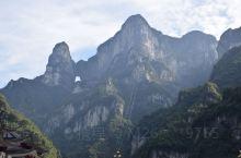 天门山,古称云梦山、嵩梁山,是张家界永定区海拔最高的山,距城区仅8公里,因自然奇观天门洞而得名。三国
