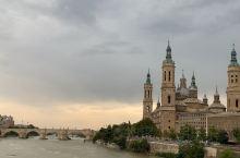 西班牙萨拉戈萨皮拉尔圣母教堂,至今保存着公元40年圣母玛丽亚显灵石柱,和二战期间二颗未炸的传奇炮弹。