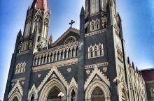 张庄天主教堂,是全国首座主教座堂,也是闻名世界的大教堂。圣主教堂为哥特式建筑,双钟尖塔楼,建筑规模媲