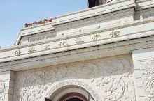 六鼎山佛教文化艺术馆坐落在吉林省敦化市六鼎山景区内,这个佛教艺术馆的第一层是万佛殿,这里供奉着与金鼎