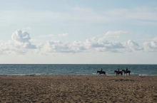 多维尔(Deauville):以诺曼底最优美的海岸闻名。 以高级疗养地闻名的多维尔,包括沿岸地区,处