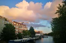 阿姆斯特丹一天天气多变,早上还是雨天,到了下午傍晚时却艳阳高照,沿着运河走走,感受不同的美...