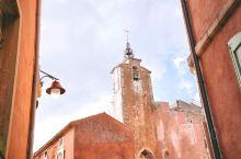 忍不住要说一说Roussillon 这座小城。前年在普罗旺斯住了一段时间,喜欢得不得了,开着车一个接