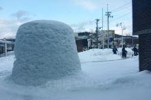 """在横手市内,每年都会搭建起100多个""""雪屋""""和无数的""""微型雪屋""""。白色雪屋中透出的点点灯光闪烁在寂静"""