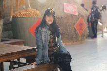 又一次来到青海西宁的平安驿,坐在街边,吃6元一碗的手工面,看着墙上的影子着迷。 上一次来这里是个傍晚