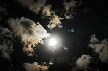 有时候美就在一瞬间,昨夜加班到十二点,下班回家时抬头仰望夜空,一轮皓月,软绵绵的云彩,刹那间的一抹光