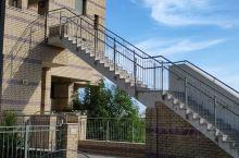 以色列理工学院的宿舍楼,楼里有电梯,楼外有楼梯,着火逃生用