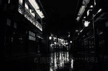 夜,藏青的笼住江水 风,枯野的掠过西楼 雨,薄墨的沁润石街 初冬, 静怡漆黑 独自闪耀