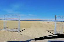 被称为魔鬼湖的色林措,冰封路面,也没有建筑阻挡,还真是冷。这是西藏最大的咸水湖,若干大大小小的高原湖
