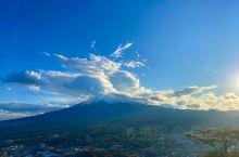 站在高处才能远眺富士山,才能将富士山的美景尽收眼底。 一路环绕富士山而行,早上的天空却下着大雨,遗憾