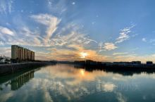 美丽的梅州城区一江两岸,夕阳西下,彩霞满天。
