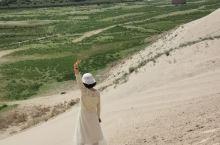 新疆霍城的图开沙漠是个神奇的地方,在这里能共享到郁郁葱葱的绿洲、滚烫热情的沙漠、波涛宽广的伊犁河和香