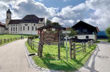 浪漫之路第一站——维斯教堂,外观非常简朴,内饰却颇为华丽。我们去的那个上午,碰巧有有活动暂停对游客开