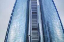 阿布扎比是阿拉伯联合酋长国的首都,也是阿拉伯联合酋长国中最大的一个酋长国,本地人口只有100多万,位