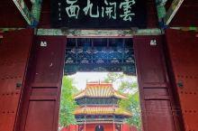 """初探衡阳,走近香火兴旺的南岳大庙  造访南岳大庙时,在门口和一个卖香阿姨对话 """"小伙子,买把香吧,里"""