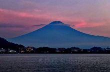 在湖区北岸远离尘嚣,又一处清晨可以冥想的地方。在富士河口湖町,可以沿着河口湖畔悠闲散步,从任何地方都