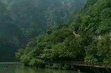 河南青天河,沿着河乘着船游览,旁边山峰秀丽险峻,空气清新,树木丛生,河水清亮。即使是颜色的夏天,也不