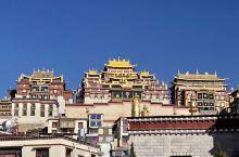 """位于香格里拉的松赞林寺被誉为""""小布达拉宫""""。该寺依山而建,外形犹如一座古堡,集藏族造型艺术之大成,又"""