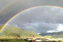 斯人若彩虹,遇上方知有。在美丽的香格里拉遇见彩虹,双彩虹~ 据说遇见彩虹的人,是幸运的。在旅途中经常
