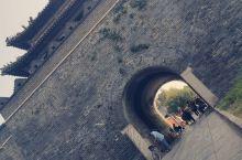山东曲阜的三孔指的是孔府,孔庙,和孔林,这里的三孔并不是指人,而是三个纪念孔子的世界文化遗产景点。孔