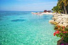 马布岛的海真的很漂亮,但与之形成鲜明对比的是岛上的环境。岛上居民的环境是相当差的,没有什么像样的建筑