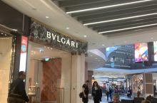 菲乌米奇诺机场购物,过了安检,海关,直接进入了免税区,全是糖果,食品,转向左手,是各品牌,逛了一下,