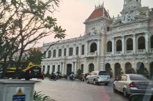 胡志明市的市政厅位于胡志明市的市中心,是一座具有浓烈法国风格的建筑。市政厅只有二层,线条简洁,外墙为