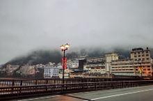 黄昏,雨后,漫步在下吕温泉街,四周飞弹群山环绕,烟雾缭绕,如海市蜃楼。放眼苍山、清涧、和屋,静谧幽然