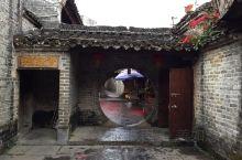 郭家大院是《黄姚古镇随手拍系列5》给大家介绍的一处景点。 郭家大院位于古镇的西南角,是当地典型的平地