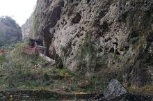 维摩洞就在净名谷走进去之后,往山上走的第一个地方,在这边有一个维摩寺院,不是很大,过去的时候一个人都