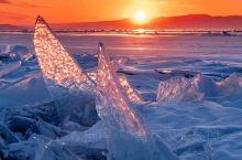 贝加尔湖的梦幻一幕 每到冬季从湖底冒出来的甲烷 就会被封在冰层中 形成一串串的白色气泡 像极了童话中