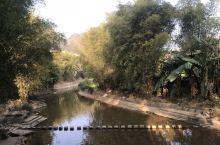 黄姚古镇里面的石跳桥,进入黄姚景区,石跳桥在左边,很多人会在逛完古镇,出来的时候走到上面,一块一块的