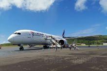 智利复活节岛机场是全世界唯一只有一条航线的机场。每天一个往返航班。旅游旺季时一票难求。机场没有廊桥,