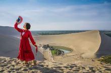 当鸣沙山遇见月牙泉  敦煌鸣沙山是国家级重点旅游风景名胜区,处于库姆塔格沙漠边缘。 沙峰起伏,造型独