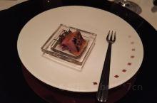 天海新世纪游轮上的巴黎餐厅,总店是米其林三星。菜品很精致,器具很考究。WEDGWOOD的餐具很多人家