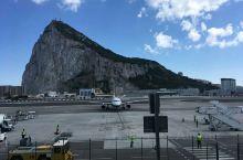 说到英属直布罗陀,最最最地标(没有之一)的景色就是下图这座东西横贯直布罗陀半岛的Gibraltar