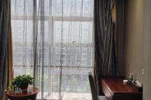酒店位置俱佳,酒店出来可以到爱情海广场散步,看喷泉,看夜景。价格也很实惠,性价比高。房间空间很足,干