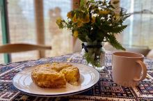雨后的清晨,山谷里的云海正飘渺,被面包的香味叫醒,  管家们也学会了做tortilla [呲牙]