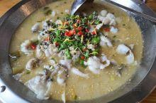 鞋架的酸菜鱼真的挺好吃的,非常不错,上面是青花椒,不能吃的。先挑掉,不然会很辣