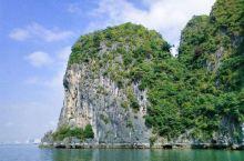 下龙湾是越南北部湾的海湾,山海秀丽,景色酷似桂林山水,为旅游胜地,1994年,联合国教科文组织将下龙
