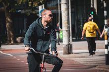 荷兰是一个自行车王国,人均保有量绝不低于国内,街边停的全是自行车,比汽车多多了,我在鹿特丹,一个称为