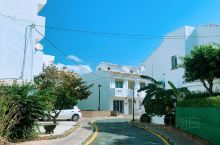 从住处自驾十五分钟就可以看到地中海,海边这个不知名的拉卡拉小镇如此宁静,各种白色房子点缀着鲜花,令人