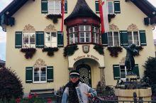 第五天坐着游船来到奥地利美丽的壁画小镇,正好遇到了当地穿着民族服装的人们举行庆典活动,还和他们合了影