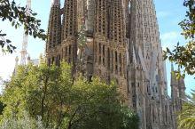 位于巴塞罗那的圣家族大教堂也是高迪的杰作。已经历上百年至今仍在建设中。预计2026年完工。这座哥特式
