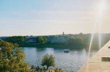 正在波兰留学,感觉喜欢上波兰是一件很简单的事。氛围,文化,建筑,随处而拍都是一幅幅美景。阳光照在Wi