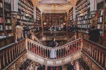 全球最美三大书店之一-波尔图莱罗书店,来了就不想走。我特别喜欢这种有历史味道的书店,光木制花雕就让我