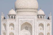 据说泰姬陵完工后,沙贾汗下令斩断参与建造工匠的双手,以防止他们再建造出与之媲美的其他建筑。谢天谢地,
